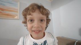 Jonge en gelukkige jongen die glimlachen stock footage
