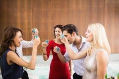 Jonge en knappe groep vrienden die schoten drinken royalty-vrije stock afbeeldingen