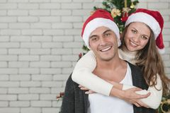 Jonge en knappe Kaukasische man en mooie vrouw die zich bevinden royalty-vrije stock fotografie