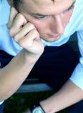 Jonge en mens die denkt nadenkt stock foto