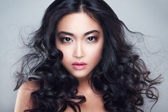 Jonge en mooie Aziatische vrouw met krullend haar Stock Fotografie