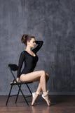 Jonge en mooie ballerina met een perfect lichaam Stock Afbeelding