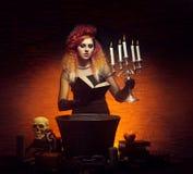 Jonge en mooie heks die hekserij in de kerker maken royalty-vrije stock afbeelding