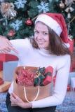 Jonge en mooie Kaukasische vrouw in rode hoed en holdingszak o royalty-vrije stock foto's