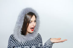 Jonge en mooie vrouw die aardige Kerstmis huidig houden handemotie Stock Afbeeldingen