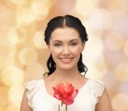 Jonge en mooie vrouw met bloem Royalty-vrije Stock Afbeeldingen