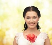 Jonge en mooie vrouw met bloem Stock Fotografie