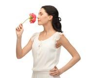 Jonge en mooie vrouwen ruikende bloem royalty-vrije stock afbeelding