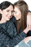 Jonge en mooie zusters in vriendschap Stock Foto's