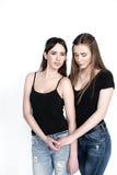 Jonge en mooie zusters in vriendschap, die vreugde, vertrouwen, l delen Stock Foto's
