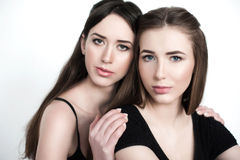 Jonge en mooie zusters in vriendschap, die vreugde, vertrouwen, l delen Royalty-vrije Stock Afbeelding