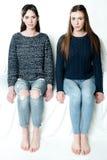 Jonge en mooie zusters in vriendschap, die vreugde, vertrouwen, l delen Stock Afbeeldingen