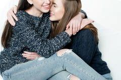 Jonge en mooie zusters in vriendschap, die vreugde, vertrouwen, l delen Royalty-vrije Stock Foto