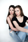 Jonge en mooie zusters in vriendschap, die vreugde, vertrouwen, l delen Stock Afbeelding