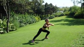 Jonge, en opleiding vrouw die uitrekken uitoefenen zich in openlucht hurken Gezond, geschiktheid, wellnesslevensstijl Sport, card stock videobeelden