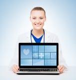 Jonge en professionele vrouw arts Stock Fotografie