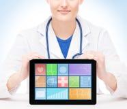 Jonge en professionele vrouw arts met een ipad Stock Foto's