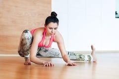 Jonge en vrouw die alvorens bij een yoga uit te werken uitrekken zich opwarmen Royalty-vrije Stock Fotografie