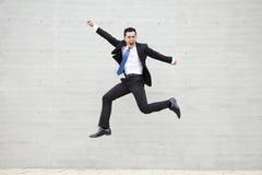 Jonge en zakenman die lopen springen stock fotografie