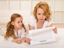 Jonge enige moeder die een baan zoekt stock afbeeldingen
