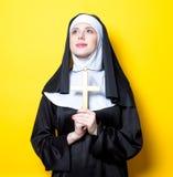 Jonge ernstige non met kruis Royalty-vrije Stock Afbeelding