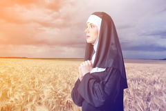 Jonge ernstige non met kruis Stock Afbeeldingen