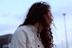 Jonge escapist die ver weg kijken Royalty-vrije Stock Fotografie