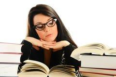 Jonge famele die een boek leest dat op wit wordt geïsoleerda Royalty-vrije Stock Foto's