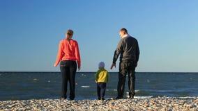 Jonge familie bij de kust stock footage