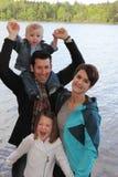 Jonge familie bij het meer royalty-vrije stock afbeelding