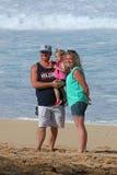 Jonge familie bij strand Royalty-vrije Stock Afbeelding