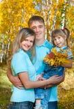 Jonge familie, de herfst royalty-vrije stock afbeelding