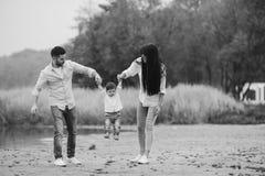 Jonge familie die bij het strand lopen Royalty-vrije Stock Fotografie