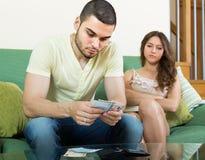 Jonge familie die geldproblemen hebben stock foto's