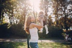 Jonge familie die in het park loopt royalty-vrije stock afbeeldingen