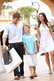 Jonge Familie die het Winkelen van Reis geniet Stock Afbeeldingen