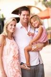 Jonge Familie die het Winkelen van Reis geniet Stock Foto's