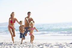 Jonge Familie die langs Strand op Vakantie loopt Royalty-vrije Stock Fotografie