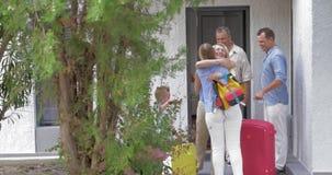 Jonge Familie die Ouders komen bezoeken stock footage
