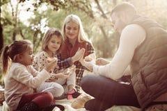 Jonge familie die picknick op de herfstdag hebben royalty-vrije stock afbeeldingen