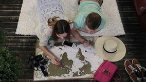 Jonge familie die plaatsen op reiskaart te bezoeken merken