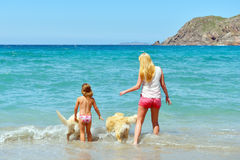 Jonge familie die pret op het strand heeft Stock Foto