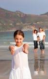 Jonge familie die pret op vakantie heeft Stock Foto