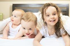 Jonge familie die samen in het bed van de ouder rusten Royalty-vrije Stock Afbeelding
