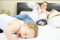 Jonge familie die samen in het bed van de ouder rusten Royalty-vrije Stock Afbeeldingen