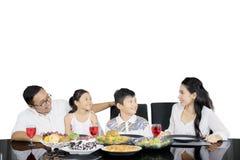 Jonge familie die van lunch samen op studio genieten Royalty-vrije Stock Afbeeldingen