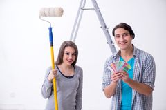 Jonge familie die vernieuwing thuis doen stock foto