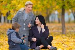 Jonge familie in een de herfstpark stock foto