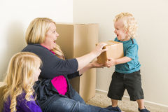 Jonge Familie in het Lege Zaal Spelen met het Bewegen van Dozen Stock Afbeeldingen