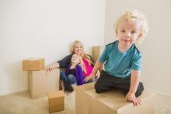 Jonge Familie in het Lege Zaal Spelen met het Bewegen van Dozen Royalty-vrije Stock Foto